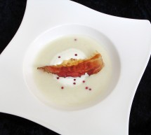 Zuchini-Süßkartoffel-Suppe mit knusprigen Speckchips